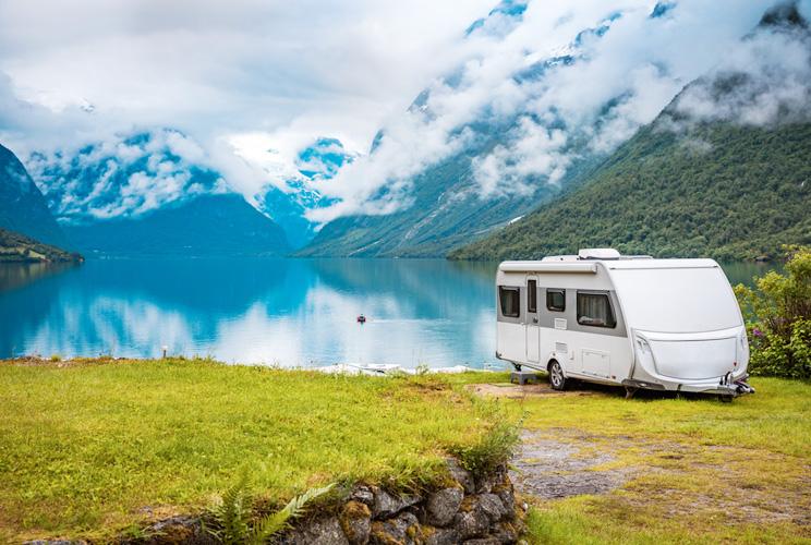 Imagen de una autocaravana frente a un lago