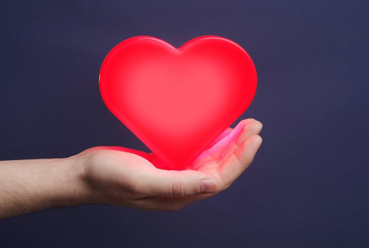 Imagen de una mano sujetando un corazón en la palma