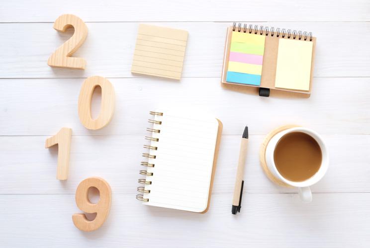 Imagen de mesa con objetos de oficina, café y número 2019