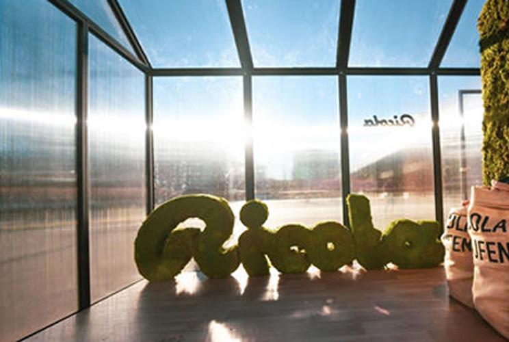 Imagen de logo de Ricola en un invernadero