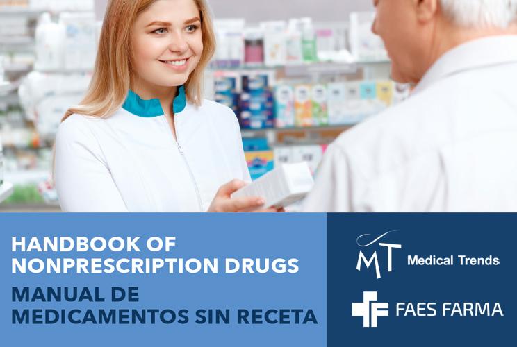 Imagen de una farmaceútica dispensando un medicamento a un hombre