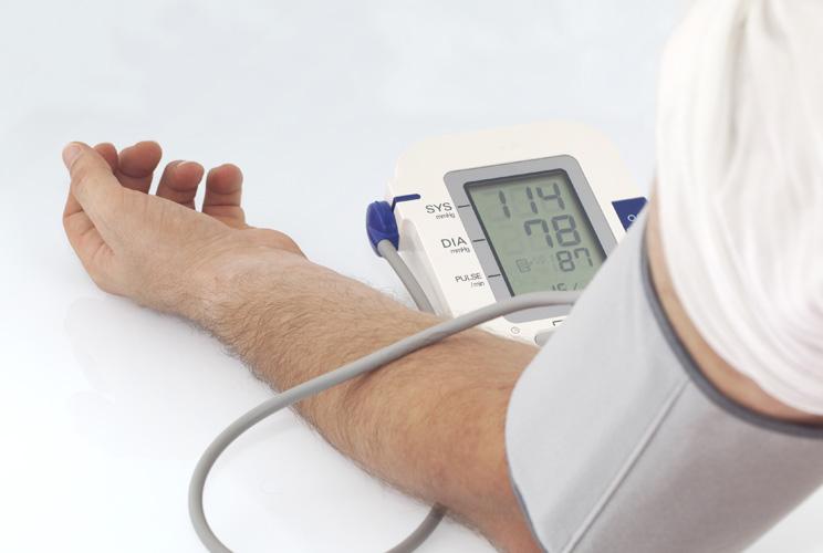 Imagen de un brazo de hombre con un aparato para controlar la tensión
