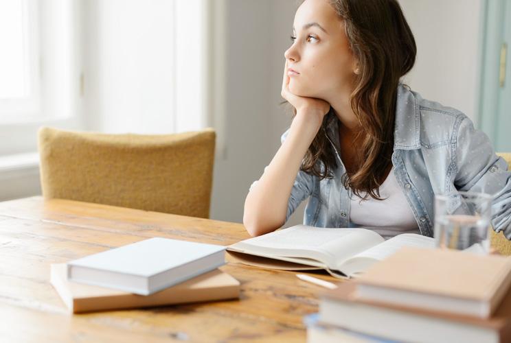 Imagen de una niña estudiando