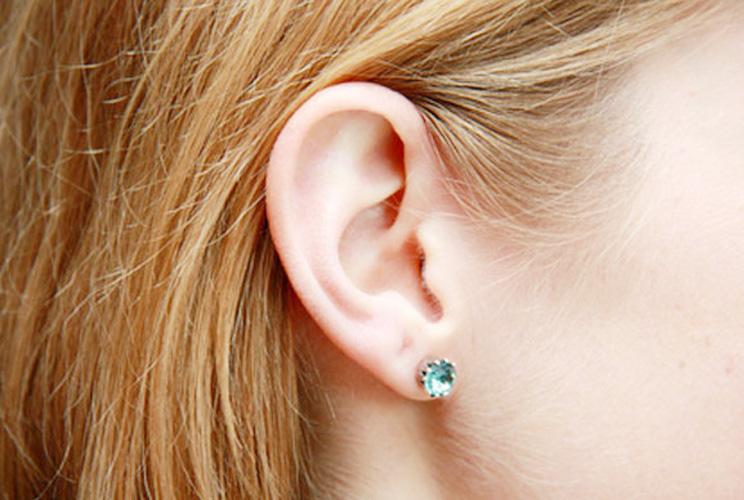 Imagen de una oreja con un pendiente