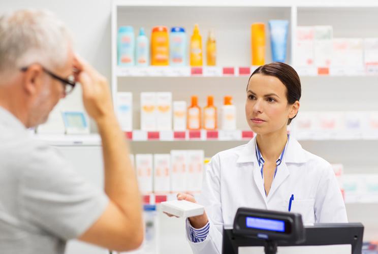 Imagen de una mujer farmacéutica dispensando un medicamento