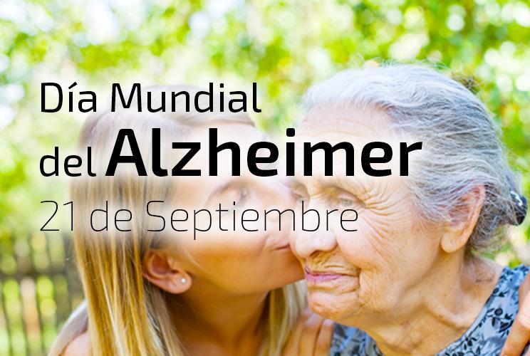 Imagen de una mujer besando a su madre mayor